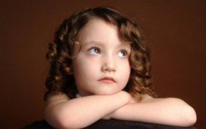 baby_photography_of_a-girl-with-curly-hair-daydreaming