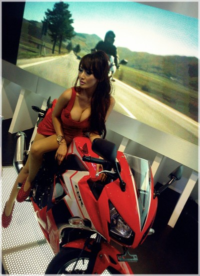 wpid-1414814239-sexy-lady-with-all-new-cbr-150r.jpg