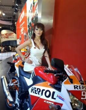 wpid-1414818635-lady-biker-cbr-150.jpg